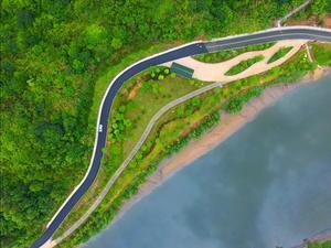 虎头山下,绿道如弓,澳河清波荡漾。漫步此间,犹如神仙下凡,心旷神怡。