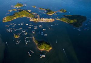 位于深惠交界处的小桂东升岛,原本只是一个普通的小渔村,现在已渐被人熟知,成为休闲旅游的热门之地。俯瞰东升岛,宛如蔚蓝的大海托起一处世外仙境。
