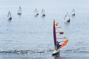 展翅大亚湾(贾玉修摄) 波光粼粼的海面上,几位帆船爱好者尽情驰骋,碧海帆影,壮阔无边。